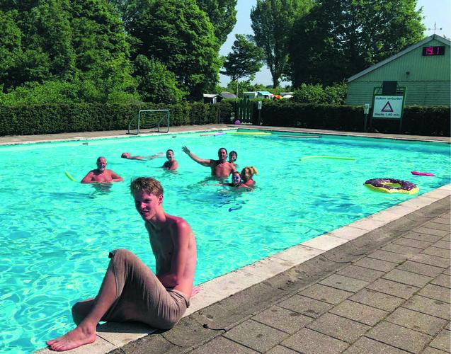Mark (vooraan) bij het zwembad van De Vrije Vogels. (Foto: aangeleverd)