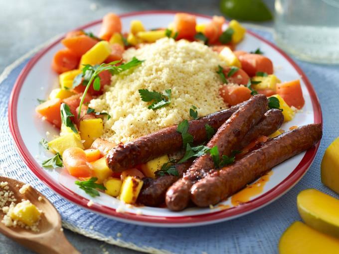 Couscous met gestoofde wortel, mango en worstjes (Foto: DEEN Supermarkten)