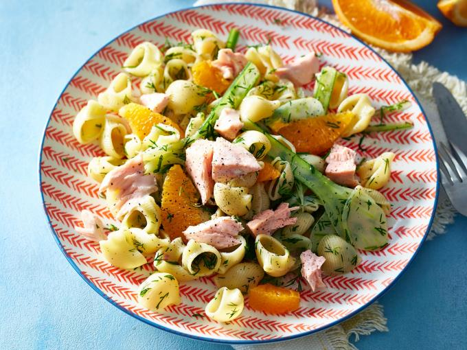 Lauwwarme pastasalade met venkel, sinaasappel en zalm (Foto: DEEN Supermarkten)