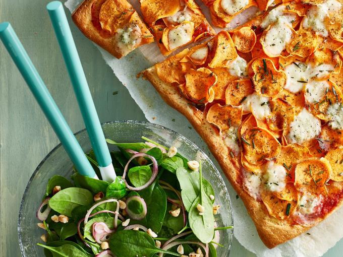 Pizza met zoete aardappel en gorgonzola (Foto: DEEN Supermarkten)