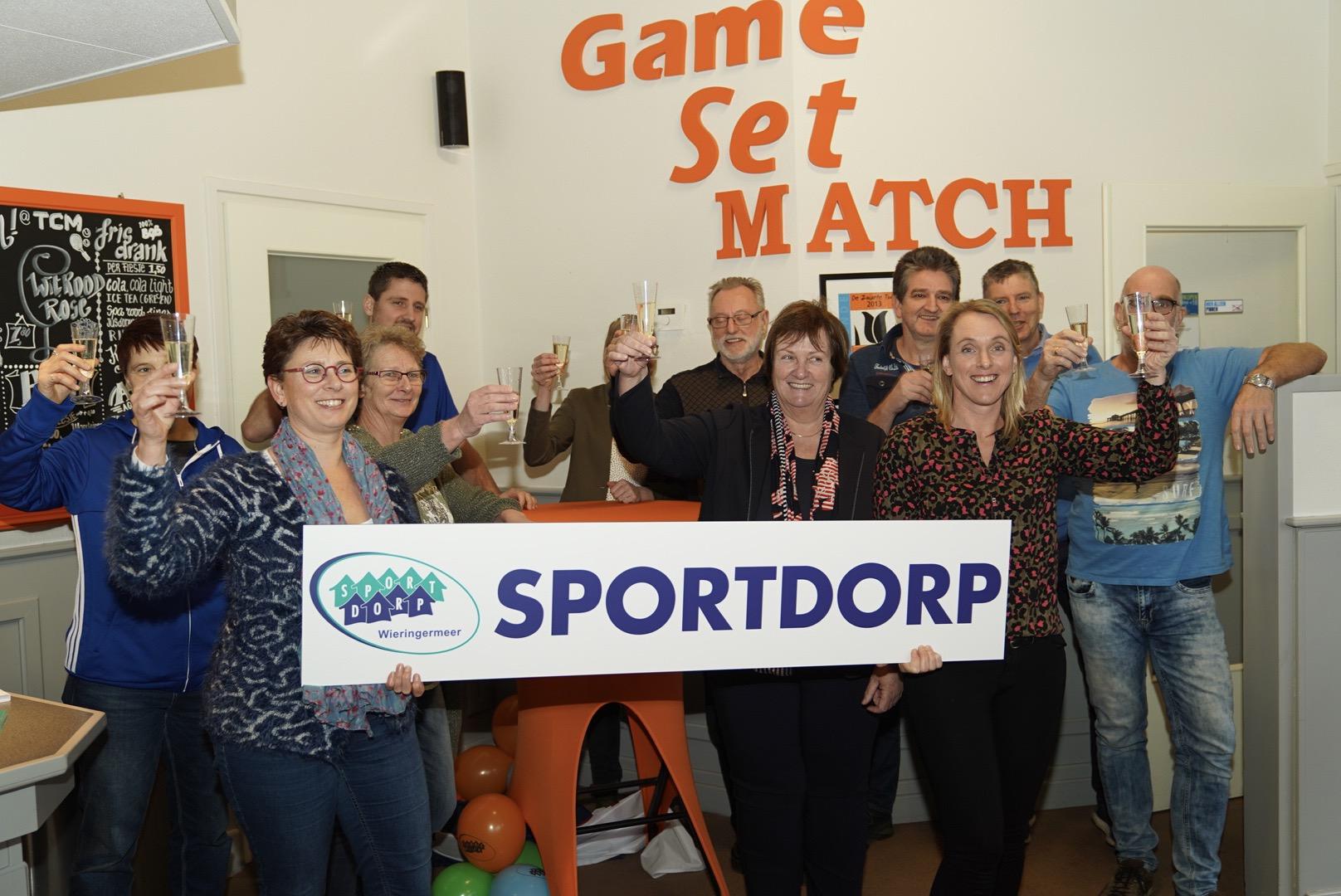 Wethouder Mary van Gent samen met de ploeg van Teamsportservice bij het bord (Foto: Pascal van As)
