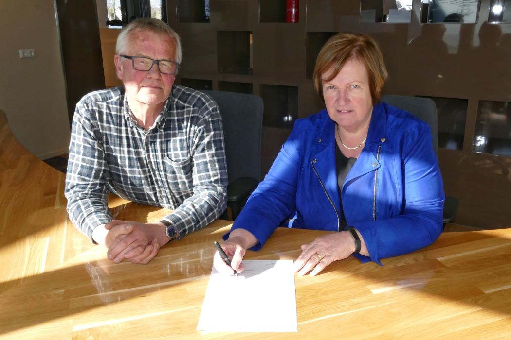 Wethouder Mary van Gent en dhr. Van Balen Blanken, voorzitter van SV Kleine Sluis, ondertekenen de intentieverklaring.