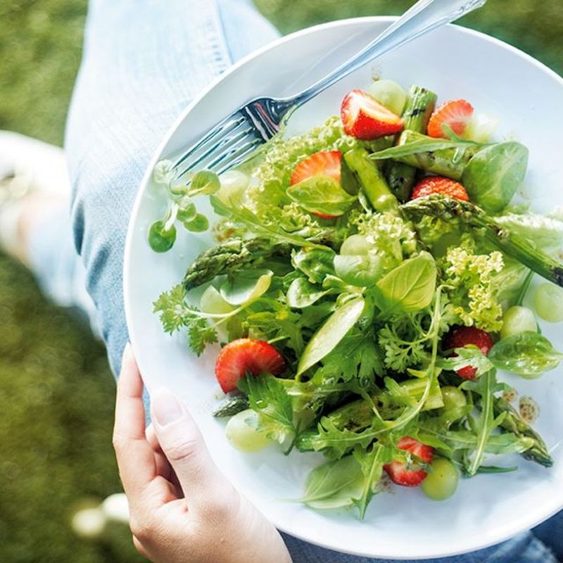 Wat eten wij vandaag: Groene salade met asperges, aardbeien en druiven